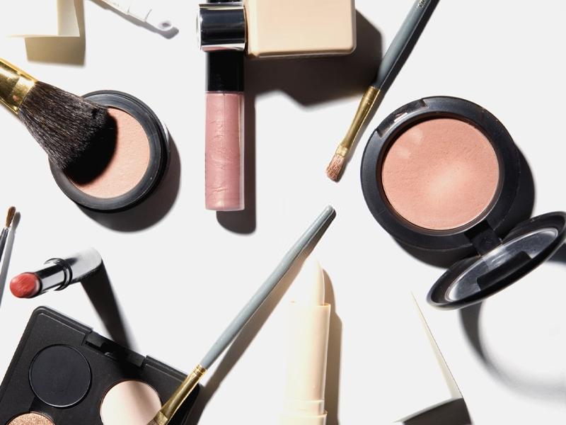 Trend Make-up 2021: tra sguardi intensi e labbra nude