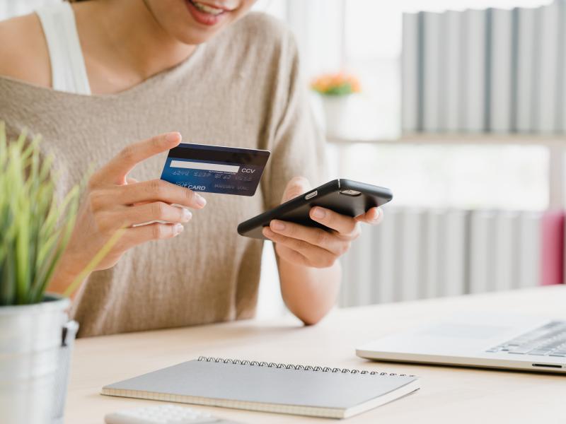 Cosmétiques: un boom du shopping en ligne