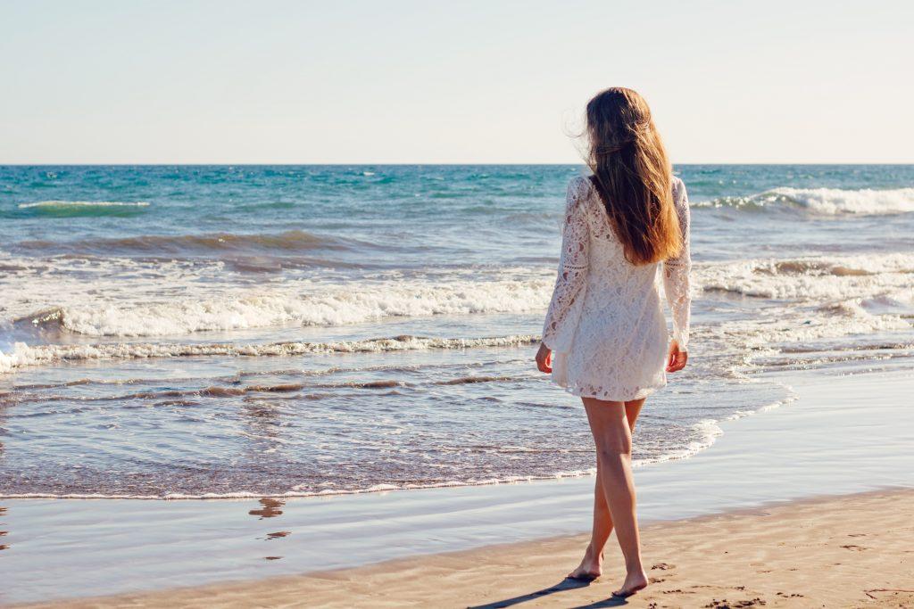 Come curare la pelle dopo le vacanze? I migliori prodotti di skincare nei flaconi cosmetici