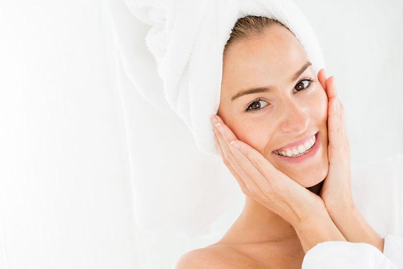 Prodotti must have per la cura della pelle nelle boccette di vetro